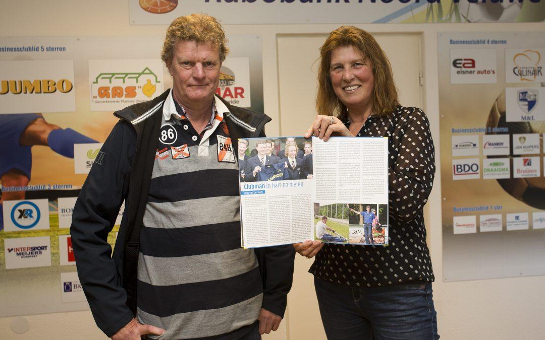 Uitreiking 1e presentatiegids seizoen 2017-2018 aan vrijwilliger Bert van de Kolk